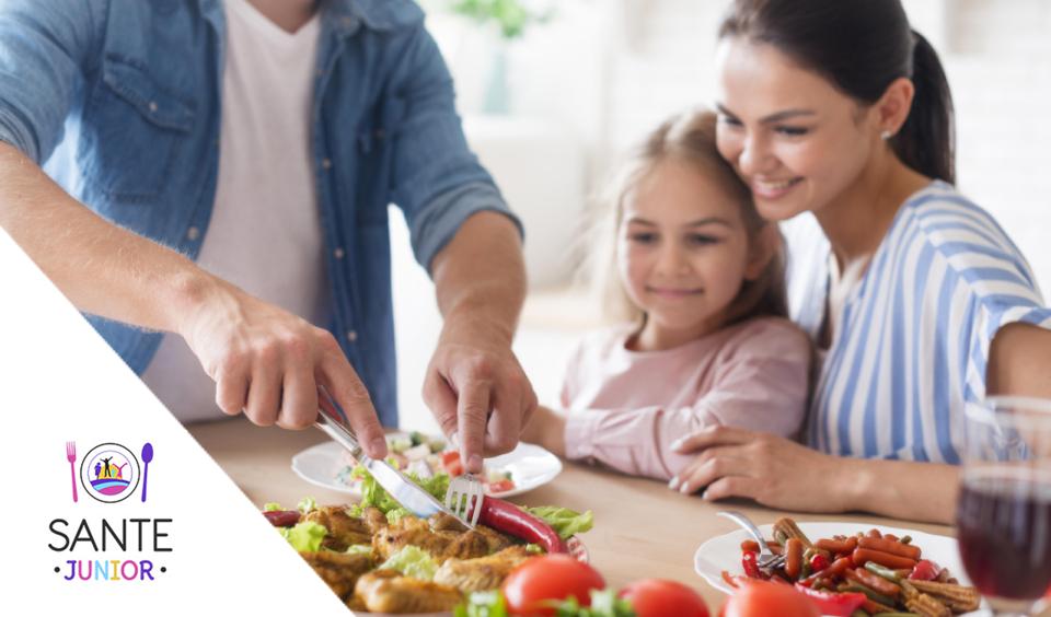 Cum sa-ti inveti copilul sa se comporte frumos la masa